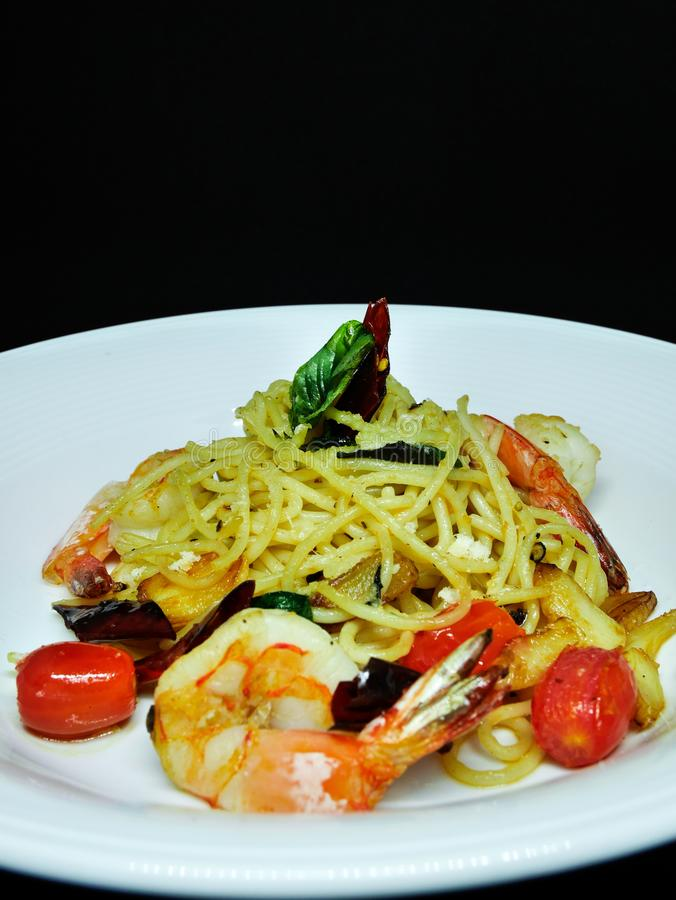 Spaghettis Olio mit Garnelen lizenzfreie stockfotos