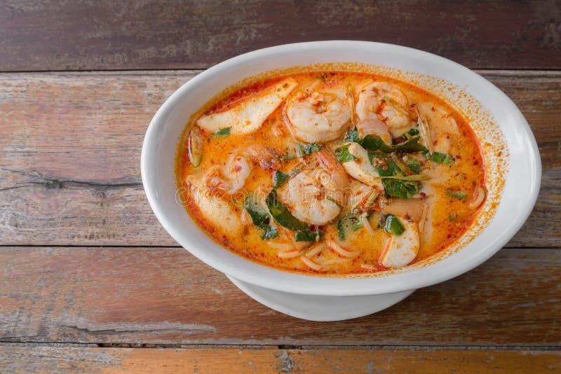 Spaghettis Tom Yum Goong von Thailand lizenzfreies stockfoto