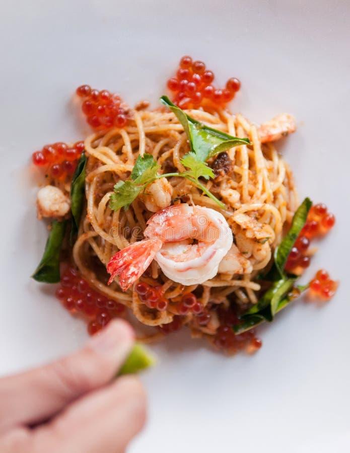 Spaghettis Tom Yum Kung, italienisches Lebensmittel der Fusion, Teigwaren stockfoto