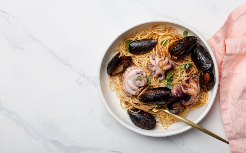 Spaghettis und Meeresfrüchte im weißen Teller mit Gabel lizenzfreie stockfotografie