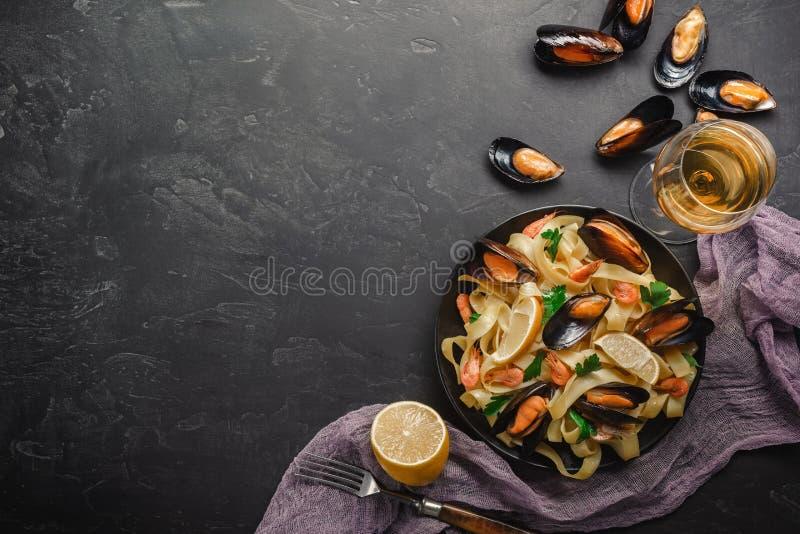 Spaghettis vongole, italienische Meeresfrüchteteigwaren mit Muscheln und Miesmuscheln, in der Platte mit Kräutern auf rustikalem  stockfotos