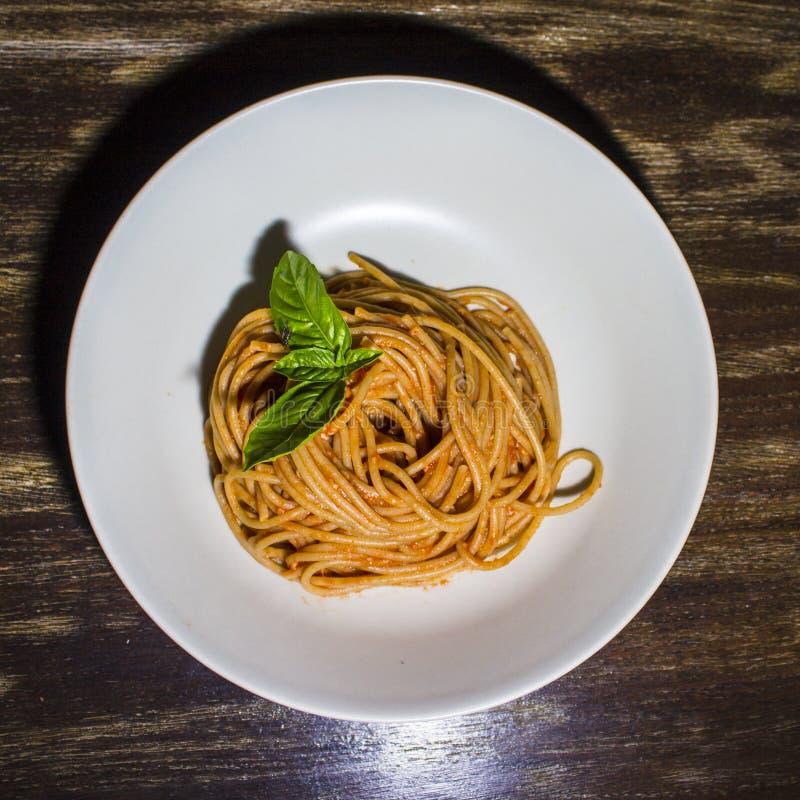 Spaghettis Whit-Tomatensauce stockbild