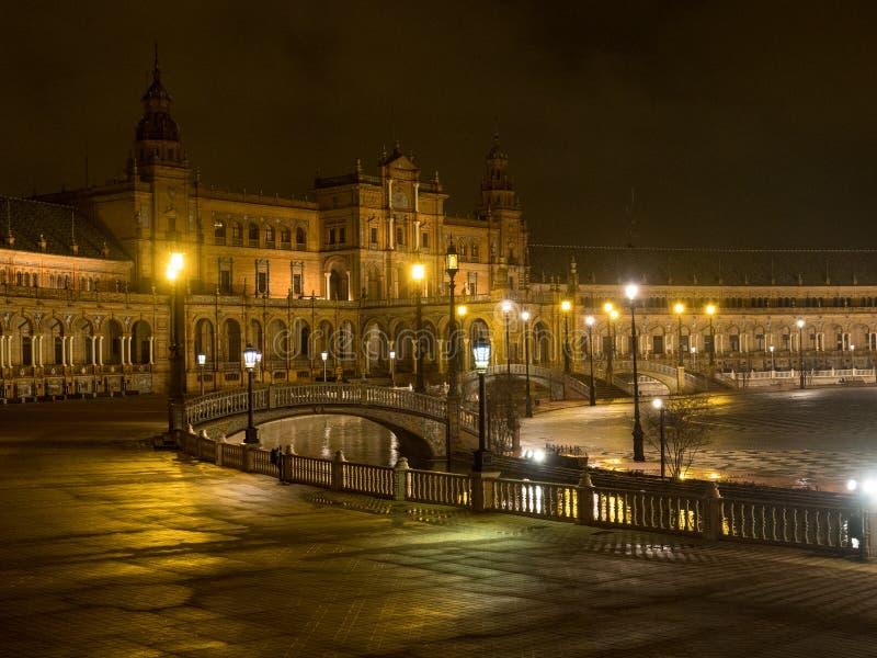 Spagnolo Square Plaza de Espana a Sevilla alla notte, Spagna È un esempio del punto di riferimento dell'architettura di regionali immagini stock libere da diritti