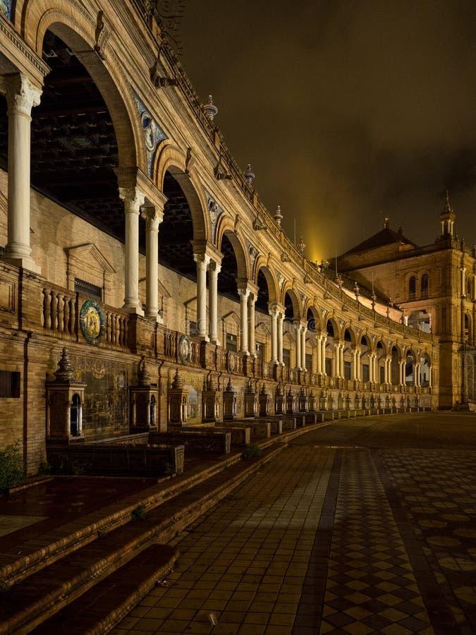 Spagnolo Square Plaza de Espana a Sevilla alla notte, Spagna È un esempio del punto di riferimento dell'architettura di regionali immagine stock libera da diritti