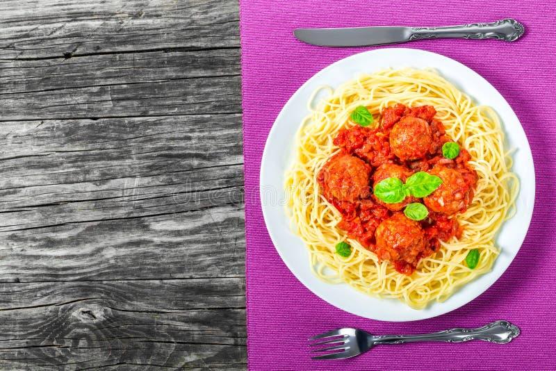 Spahgetti italiano com almôndegas, molho de tomate, vista superior imagem de stock royalty free