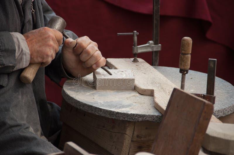 spain Figueres FESTIVAL 20 05 O escultor 2017 de pedra cinzela um patte imagem de stock