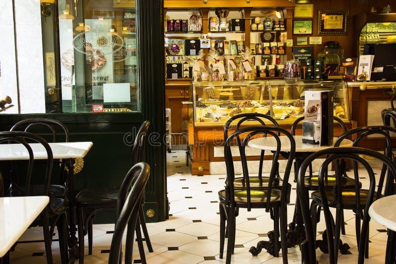 SPAIN-TORREVIEJA, ALICANTE - 16. OKTOBER 2016: Innenraum des berühmten Spanischen Chocolatier und des Café-Wagemuts stockfotos