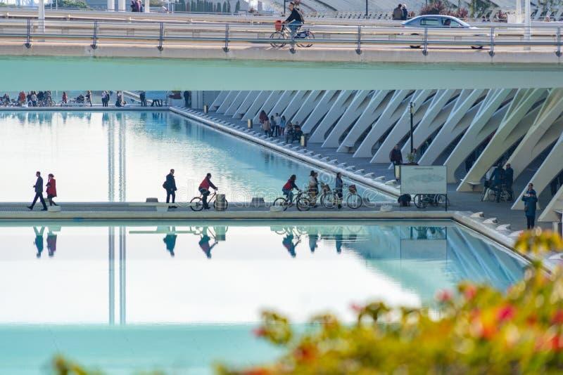 spain valencia December 18: turister på cyklar i staden av konster och vetenskaper royaltyfri foto