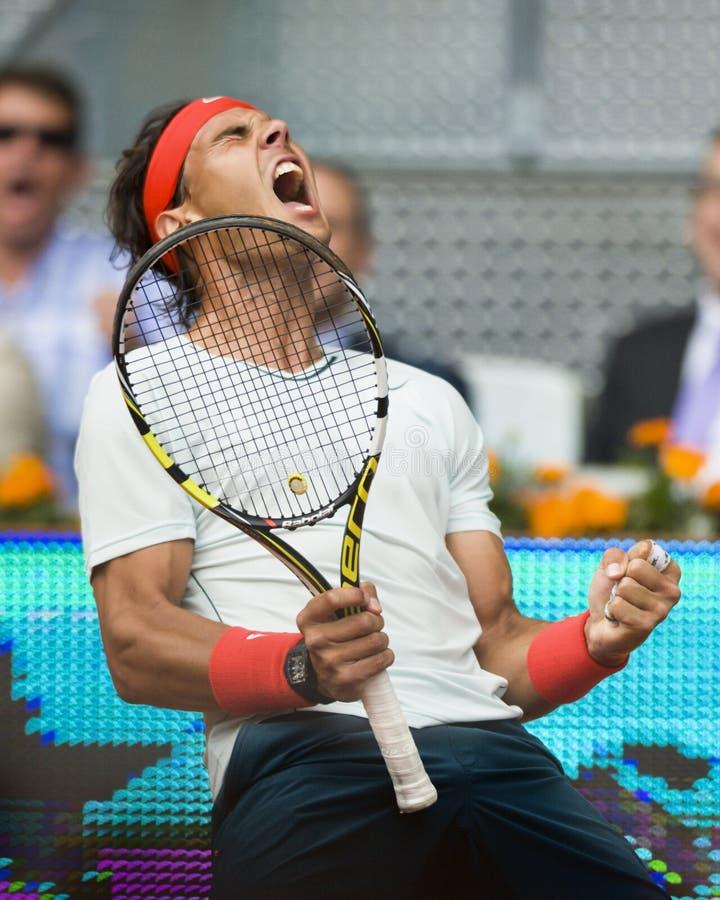 Spains Rafael Nadal in actie tijdens het tennis Ope van Madrid Mutua royalty-vrije stock afbeeldingen