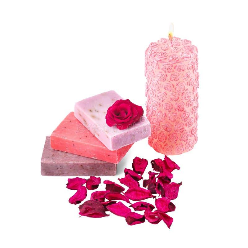 Spainställning med tvål, det rosa stearinljuset och ron royaltyfri bild