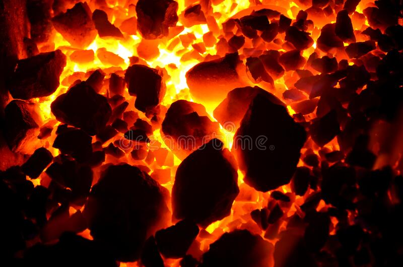 Spalanie antracitu węgla o różnych frakcjach, generujące ciepło obrazy royalty free