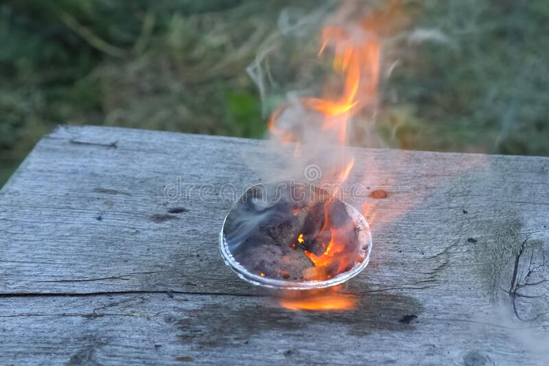 Spalanie chemikaliów w kubku obrazy stock