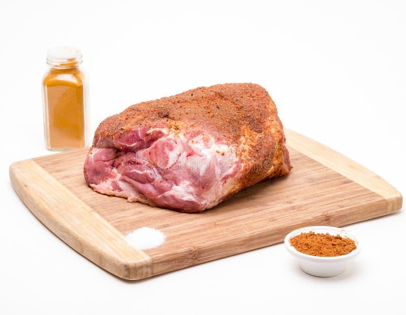 Spalla di picnic grezza del porco con lo sfregamento della spezia fotografia stock libera da diritti
