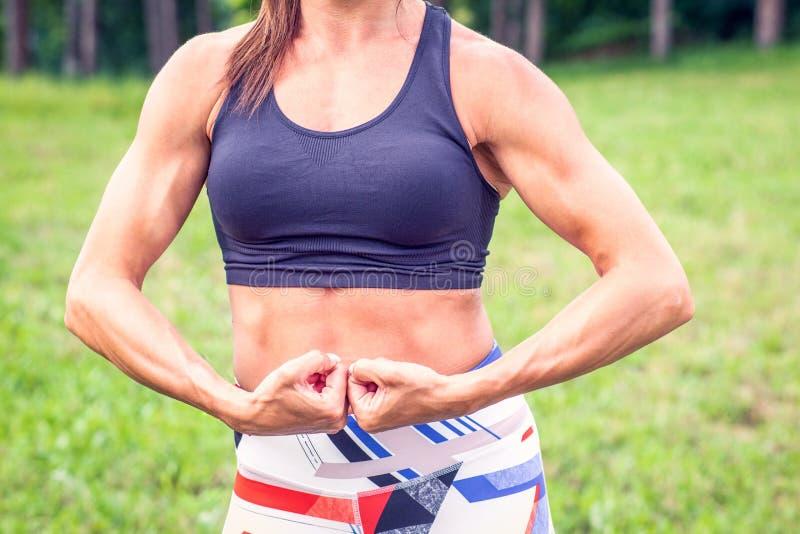 Spalle della donna, bicipite, tricipite e petto muscolari - forma fisica, culturismo, stile di vita sano immagini stock