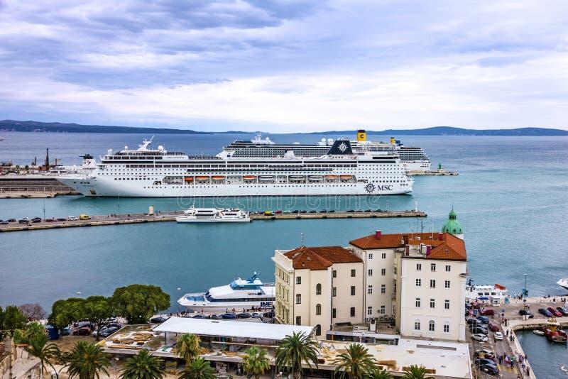 Spalte, Kroatien MSC-Zwischenlage im Kreuzfahrthafen stockfotos