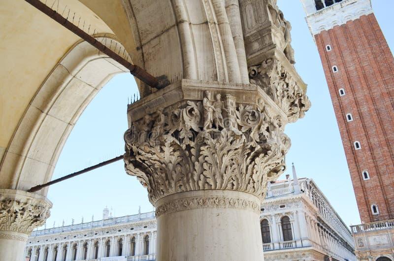 Spalte von Palazzo Ducale in Venedig, Italien lizenzfreies stockbild