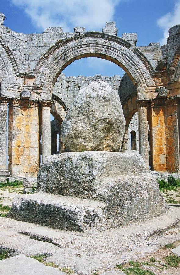 Spalte von Simeon Stylites in den Ruinen der Basilika stockbilder