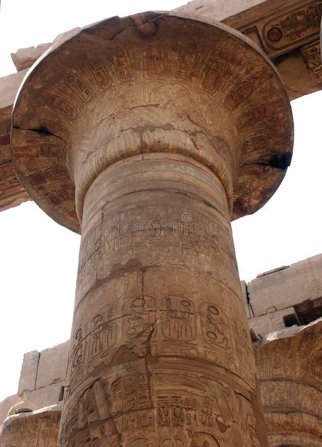 Spaltekrone beim Hypostilhall bei Karnak lizenzfreie stockfotos