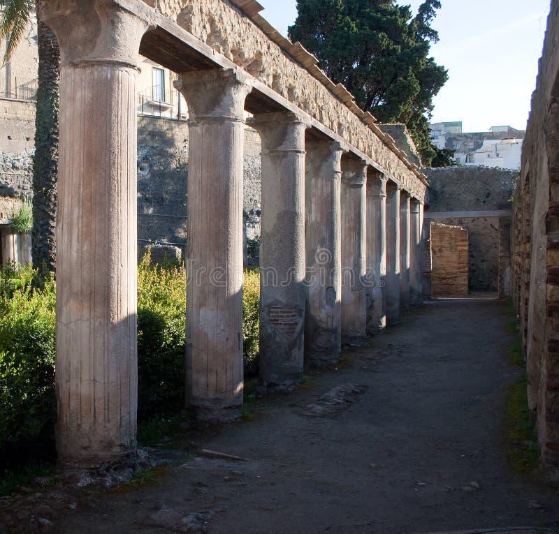 Spalten in den Ercolano Ruinen lizenzfreie stockfotografie