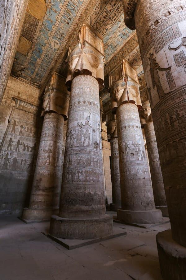 Spalten in Denderah-Tempel, Qena, Ägypten lizenzfreies stockbild