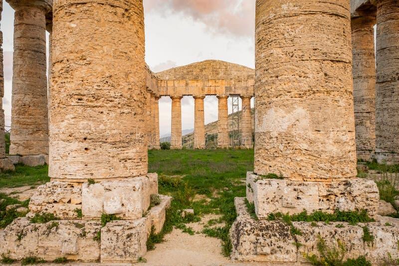 Spalten der alten Mittelmeerzivilisation der altgriechischen des Tempels Tempel der klassischen Architektur lizenzfreies stockbild