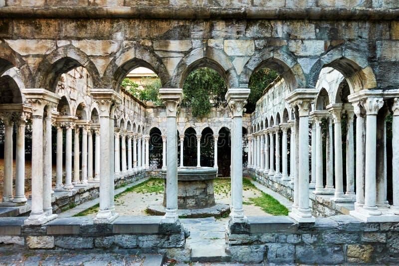 Spalten des alten Klosters in Genua stockbilder