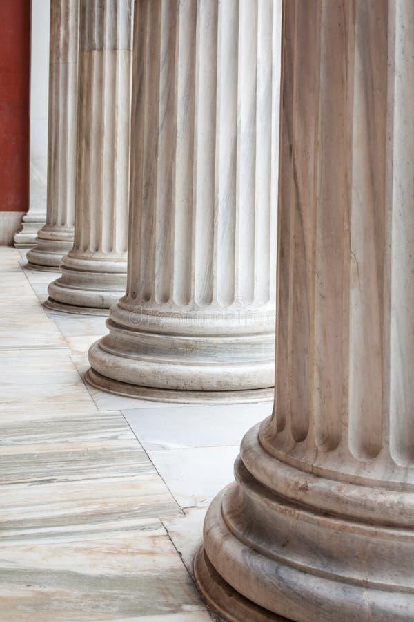 Spalten des klassischen Griechen in einer Reihe lizenzfreies stockfoto