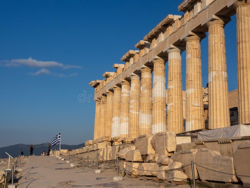Spalten des Parthenontempels auf Akropolise, Athen, Griechenland bei Sonnenuntergang gegen blauen Himmel lizenzfreie stockbilder