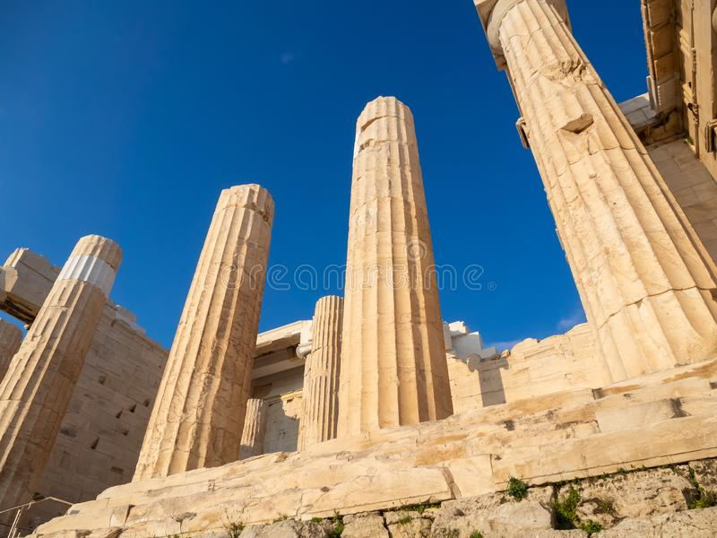 Spalten des Propylaea-Toreingangs der Akropolises, Athen, Griechenland gegen blauen Himmel stockfotografie