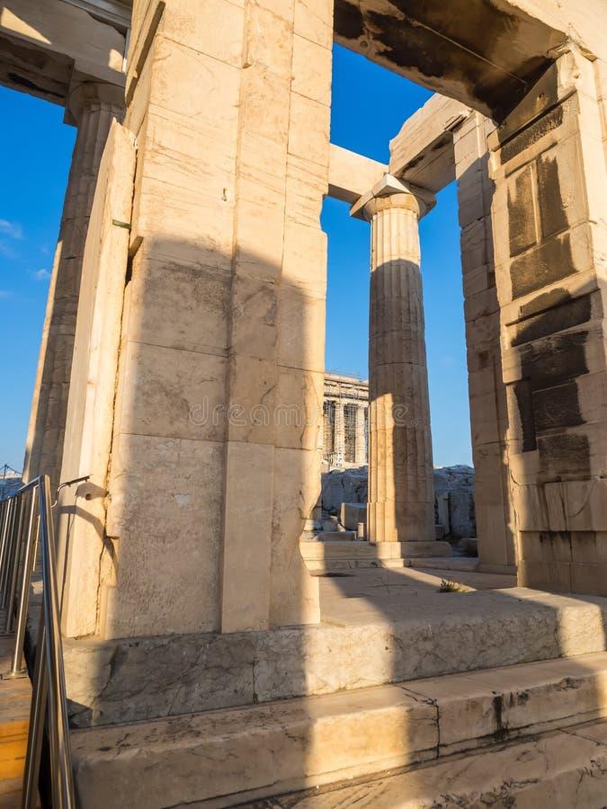 Spalten des Propylaea-Toreingangs der Akropolises, Athen, Griechenland gegen blauen Himmel lizenzfreie stockfotografie