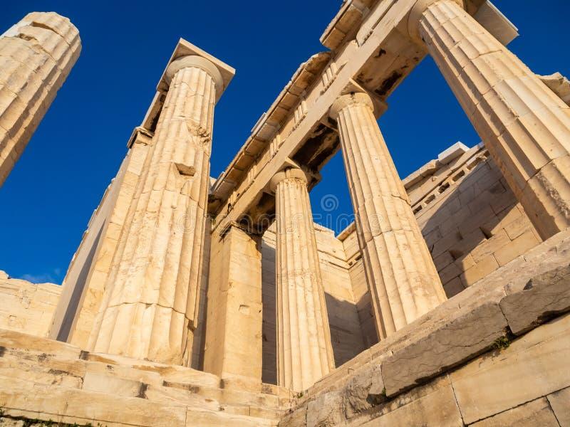 Spalten des Propylaea-Toreingangs der Akropolises, Athen, Griechenland gegen blauen Himmel lizenzfreie stockbilder