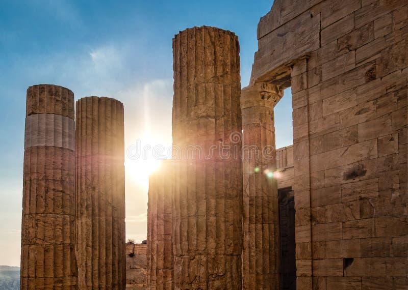 Spalten des Propylaea-Toreingangs der Akropolises, Athen, Griechenland gegen blauen Himmel und Sonne mit den Sonnenstrahlen, die  stockfotografie