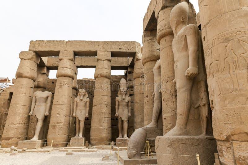 Spalten im Luxor-Tempel, Luxor, Ägypten lizenzfreie stockfotografie