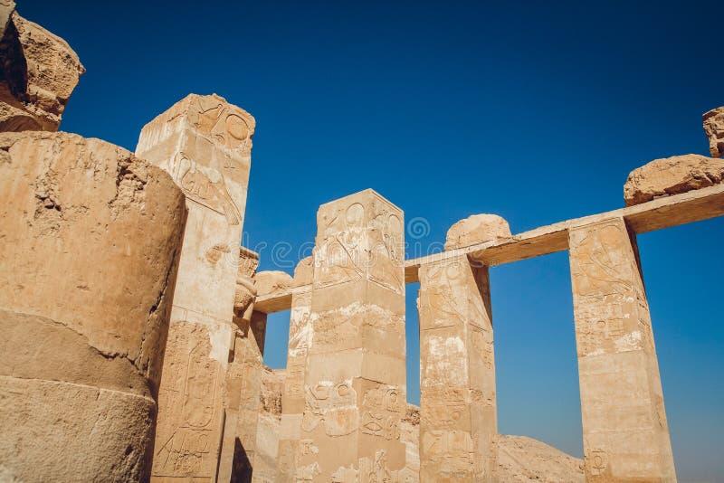 Spalten mit Hieroglyphen in Karnak-Tempel in Luxor, ?gypten Reise stockbilder