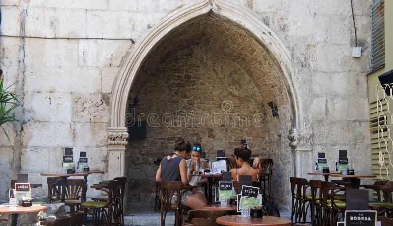 Spalten Sie sich, Kroatien - 07/22/2015 - Touristen genießen Cafés in der alten Stadt, schöne Architektur, sonniger Tag, Dalmatie stockfotografie