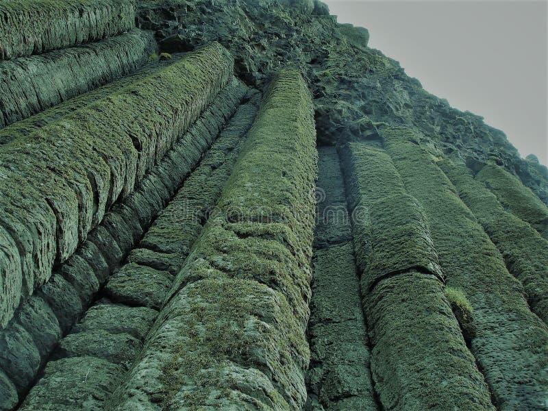 Spalten von Felsen an der Damm des Riesen stockfotos