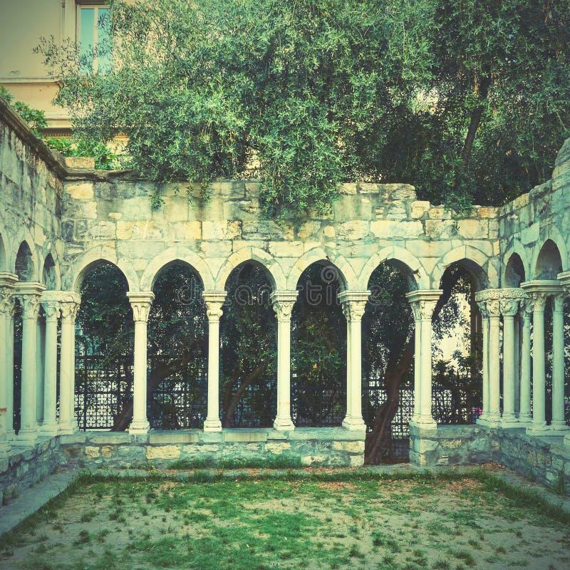 Spalten von Kloster Chiostro di Sant 'Andrea stockfoto