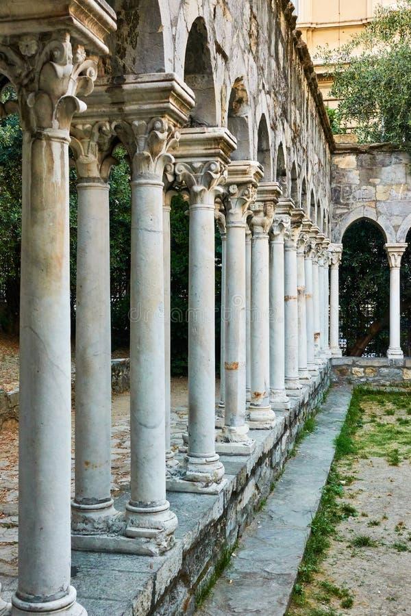 Spalten von Kloster Chiostro di Sant 'Andrea in Genua stockbild