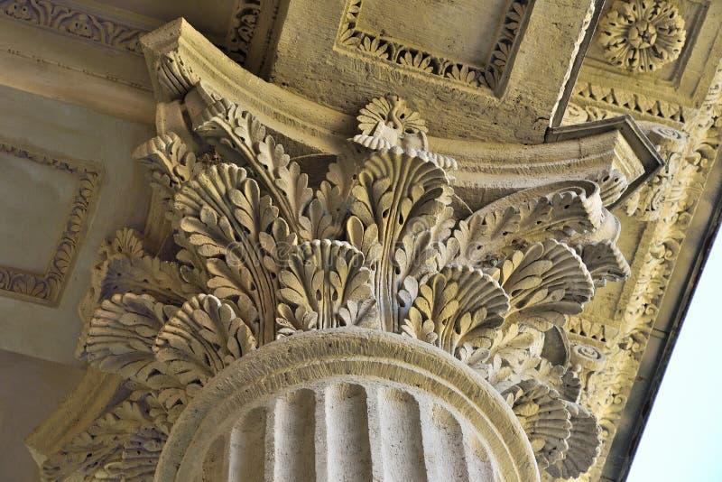 Spaltenkapitalabschluß herauf - Bauelement der antiken Gebäudedekoration stockfoto