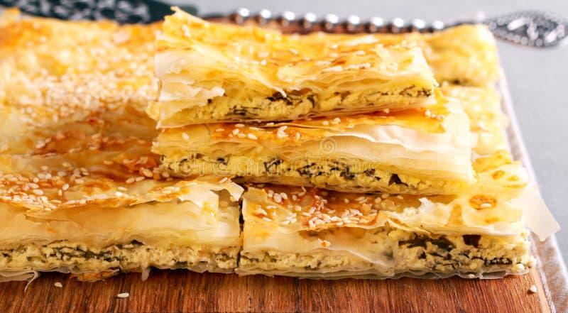 Spanakopita oder Spinatstorte - ein griechisches wohlschmeckendes Gebäck stockbild