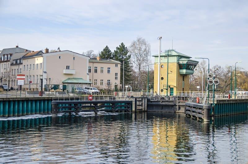 Spandau se cierra en el río Havel en Berlín, Alemania imagenes de archivo