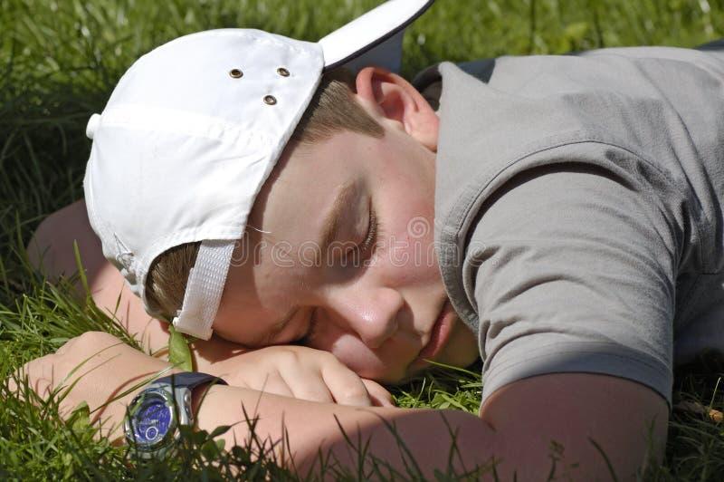 spanie w ogrodzie obrazy royalty free