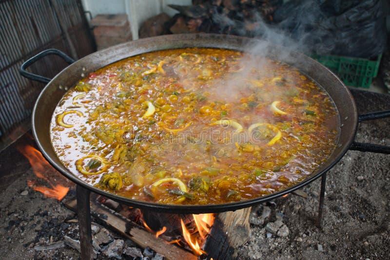 Spanien en panna av paella som lagar mat över kol royaltyfria foton