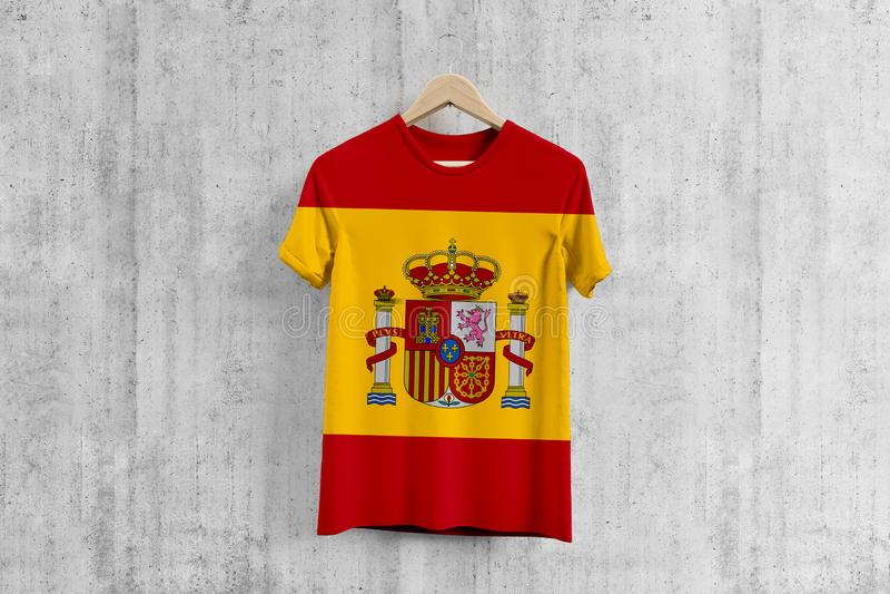 Spanien flaggaT-tröja på hängaren, enhetlig designidé för spanskt lag för plaggproduktion Nationella kläder royaltyfri illustrationer