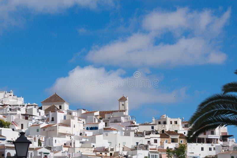 Spanien Frigiliana i Andalusia En sikt till den gamla kyrkan på en kulle royaltyfri foto