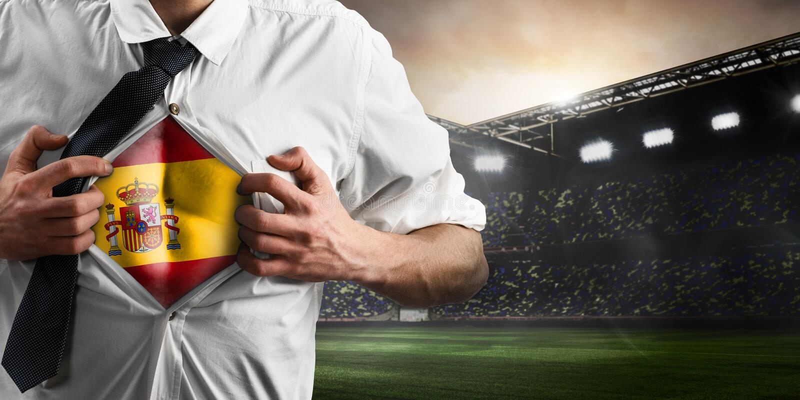 Spanien-Fußball- oder -fußballanhänger, der Flagge zeigt lizenzfreies stockbild