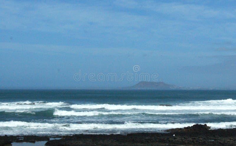 Spanien, Fuerteventura, Ansicht nach Lanzarote von Corralejo lizenzfreie stockfotografie