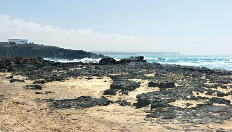 Spanien Fuerteventura, El Cotillo stenig strand royaltyfri fotografi