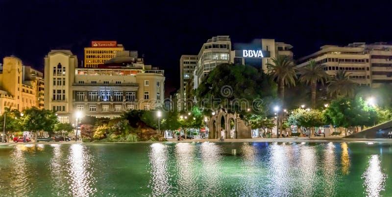 Spanien fyrkant på natten med cityscape reflekterad i dess vatten på stadsmitten av Santa Cruz de Tenerife, kanariefågelöar, Span arkivfoto