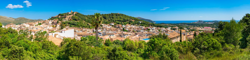 Spanien Majorca, Luftpanoramaansicht der Capdepera-Stadtlandschaft und -schlosses an der Küste von Majorca, Spanien lizenzfreie stockfotografie